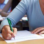 O femeie da un examen scris