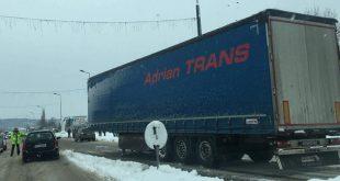 Circulaţie blocată pe un sens în municipiul Vaslui, după ce vagonul unui TIR s-a desprins de capul autocamionului