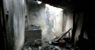 Femeie inconştientă cu arsuri pe toată suprafaţa corpului după un incendiu izbucnit în locuinţa sa