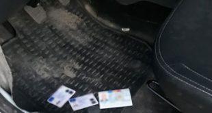 Documente de identitate false descoperite ascunse într-un autoturism, sub preș