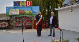 Părinții vicelui Trifan, premiați de primarul din Miclești