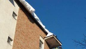 Pompierii îndepărtează gheața de pe acoperișul blocurilor