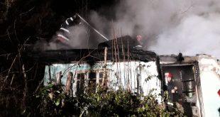 FOTO/ Locuință cuprinsă de flăcări la Vinderei