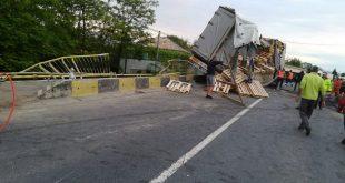 Un tir înmatriculat în Moldova s-a răsturnat la Băcăoani! Traficul este blocat pe un sens!