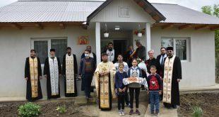 FOTO/ Trei familii au primit case la cheie din partea Episcopiei Huşilor