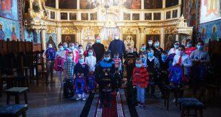 Peste o mie de copii au primit ghiozdane complet echipate cu rechizite de la Episcopia Hușilor