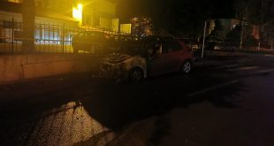 Mașină făcută scrum în apropiere de sediul Primăriei Vaslui