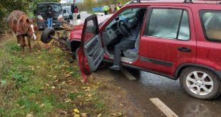 Accident ciudat la Rateșu Cuzei: Doi vasluieni, în stare gravă, după ce o mașină a intrat într-o căruță!