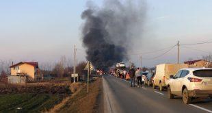 Blocaj pe DE 581: O mașină a luat foc!