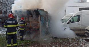 Un chioșc abandonat din Bârlad cuprins de flăcări de la jocul copiilor cu focul