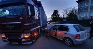 La Huși, un autoturism s-a oprit într-un tir