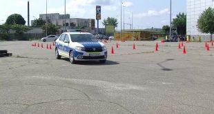 Polițiștii vasluieni se pregătesc pentru conducerea şi manevrarea autovehiculului în condiţii de siguranţă