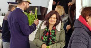 """De 8 Martie, poliţiştii de frontieră au """"amendat"""" doamnele cu flori"""